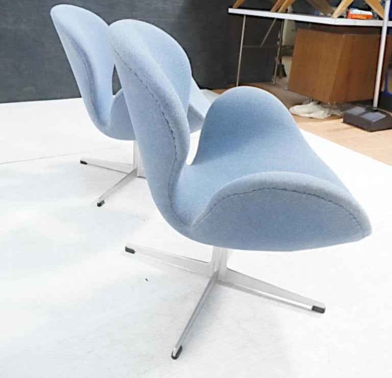 Mid-Century Modern Vintage Pair of Arne Jacobsen Swan Chairs for Fritz Hansen For Sale