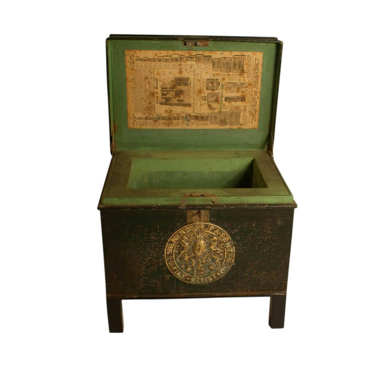 English Victorian Metal Fire Safe in Bottle Green circa 1860 with Key In Good Condition For Sale In San Francisco, CA