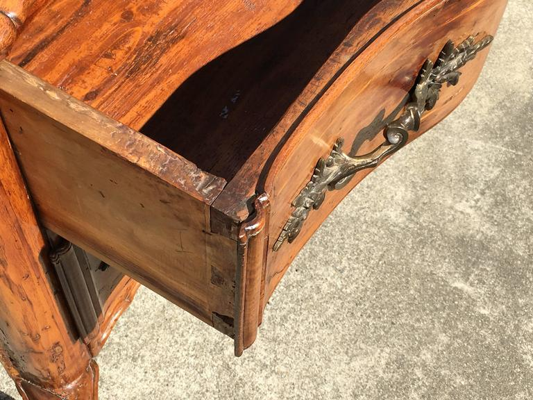 Early 18th Century Italian Rococo Walnut Two-Drawer Commode with Cabriole Legs 6