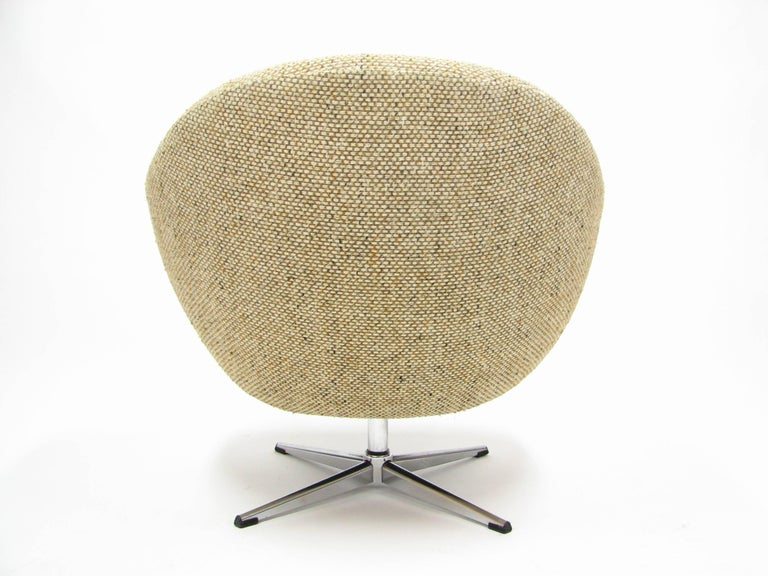 Overman Swivel Chair in Original 1970s Beautiful Tweed Upholstery In Good Condition For Sale In Portland, OR