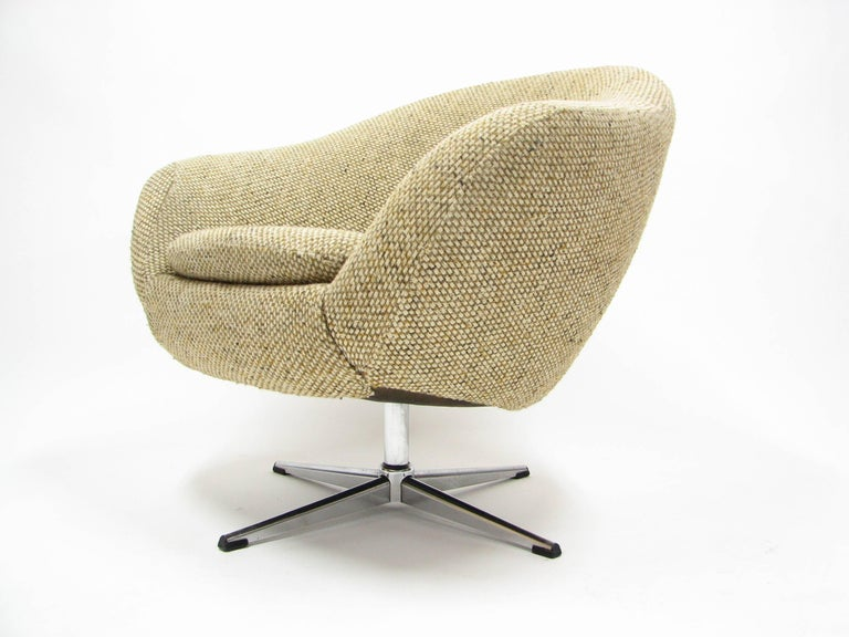 American Overman Swivel Chair in Original 1970s Beautiful Tweed Upholstery For Sale
