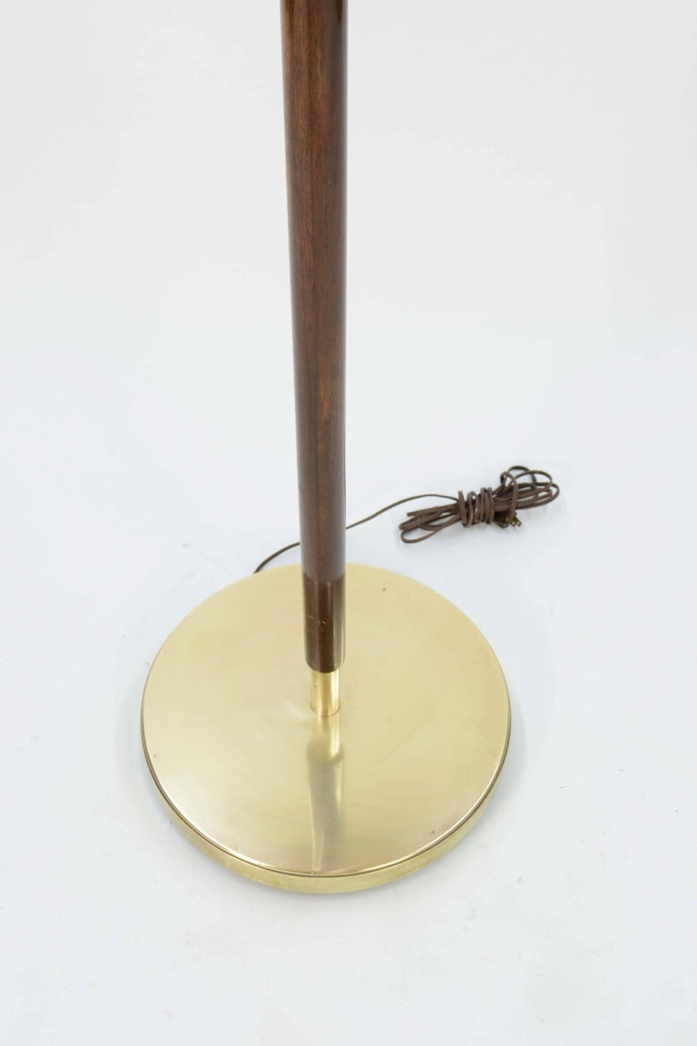 Mid-20th Century Stunning and Majestic French Modernist Floor Lamp in Brass and Walnut For Sale