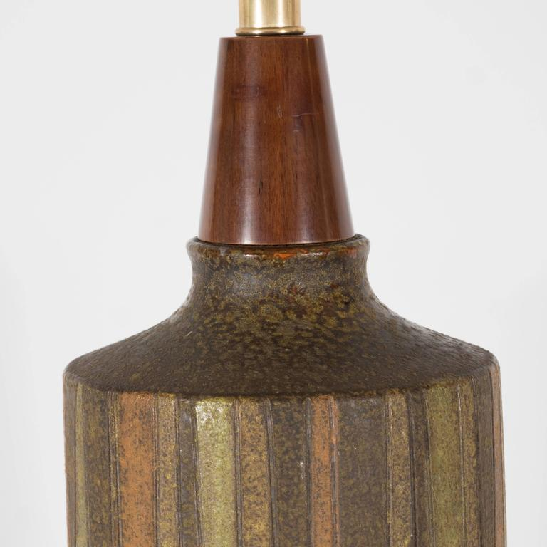 American Mid-Century Organic Modern Ceramic & Walnut Table Lamp in Earth Tones by Raymor For Sale
