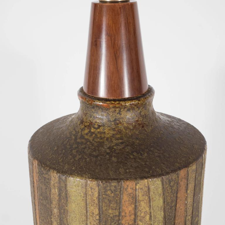 Mid-Century Organic Modern Ceramic & Walnut Table Lamp in Earth Tones by Raymor For Sale 3