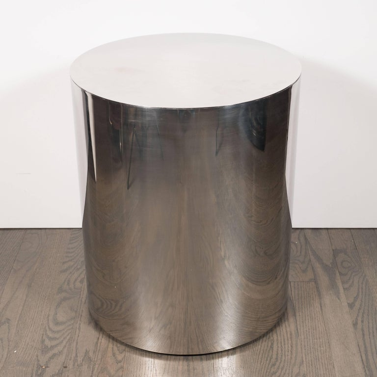 This pedestal was realized in the United States, circa 1970. Composed of a simple cylindrical form in lustrous chrome, it would be perfect as a side table in a contemporary or Mid-Century Modern interior, or used as a pedestal for presenting a