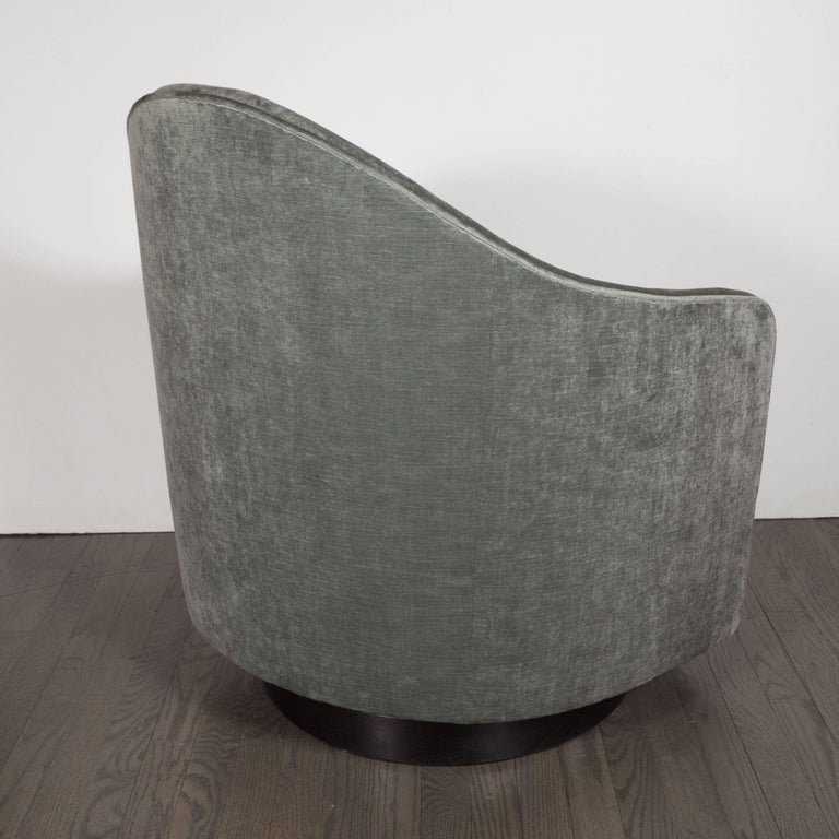 Mid-Century Modern Swivel Chair in Smoked Platinum Velvet by Milo Baughman In Excellent Condition For Sale In New York, NY