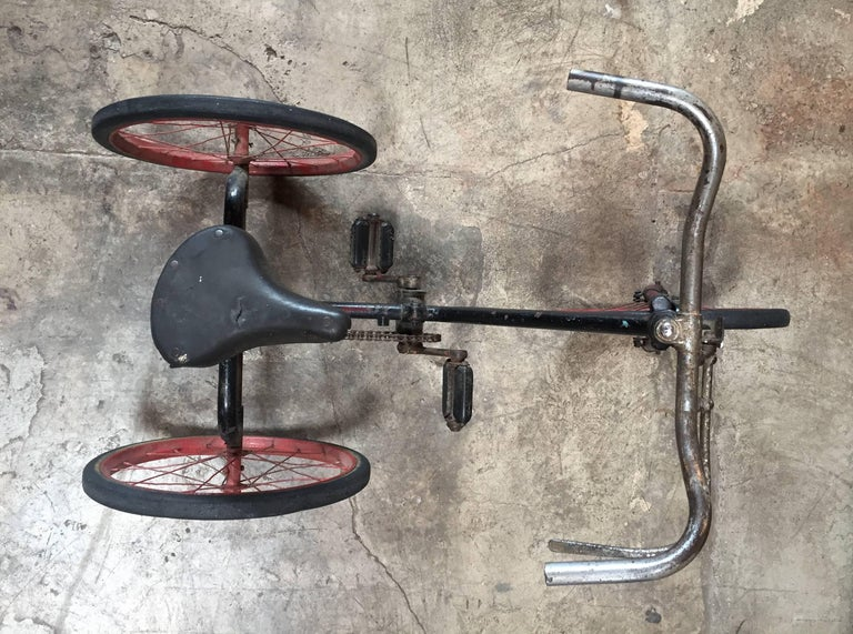 1920s British Dunlop Tricycle Bike In Distressed Condition For Sale In Los Angeles, CA