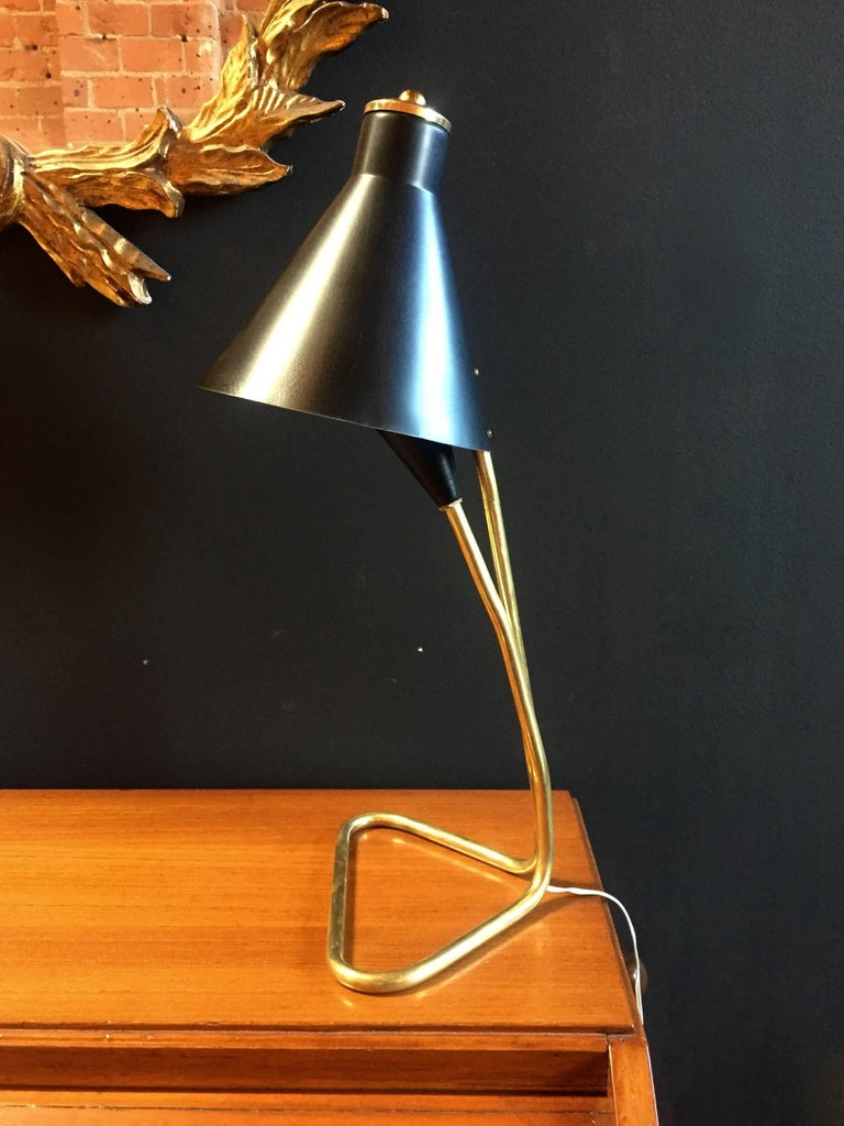 Elegant and linear desk lamp in brass with particular double dome in dark blue metal.