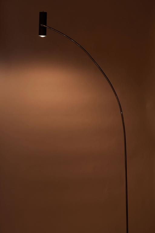 Minimalist floor lamp by Robert Sonneman. Iron base with chrome stem and painted metal shade. Original cord. Takes an E26 75w maximum bulb.