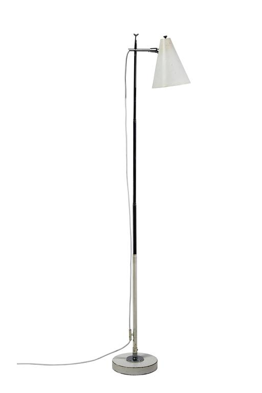 Articulating shade and  height adjustable floor Lamp by Giuseppe Ostuni for Oluce. Stem telescopes which adjust the height allowing the light to function as a desk or table lamp. Designed in Italy circa 1950s. Steel and aluminum. Retains original