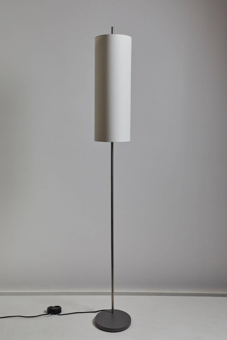 AJ Royal floor lamp by Arne Jacobsen for Santa & Cole. This re-edition is manufactured in Barcelona, Spain. Originally designed for the SAS Royal Hotel in Copenhagen, the floor lamp combines a polished stainless steel stem and an elliptical linen