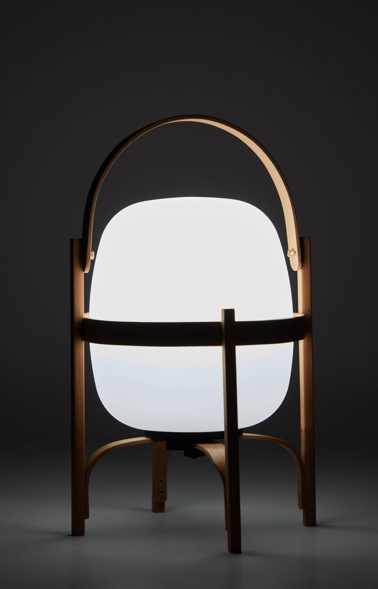 Cestita Batería is the latest member in the Cesta family by Miguel Milá for Santa & Cole. The Bateria is a portable, cordless, rechargeable version enhanced to embody freedom of movement. A subtle cheerywood structure holds aloft the oval shaped