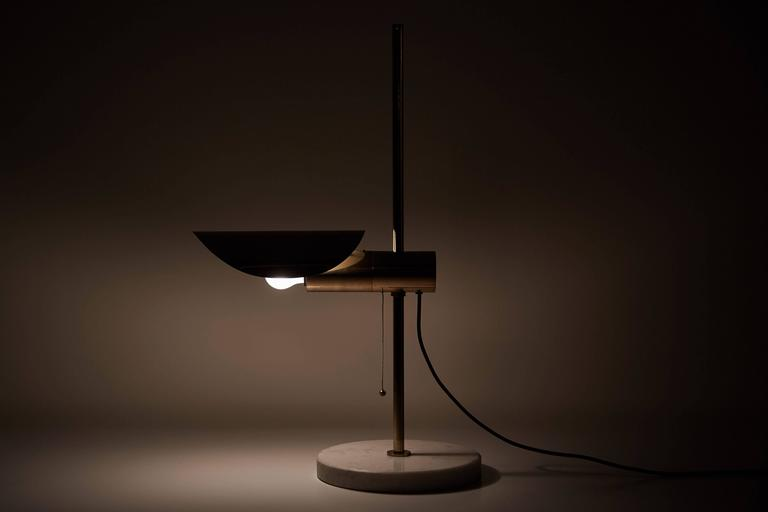 Mid-20th Century 1950s Brass and Marble Italian Table Lamp with Pivoting Shade For Sale