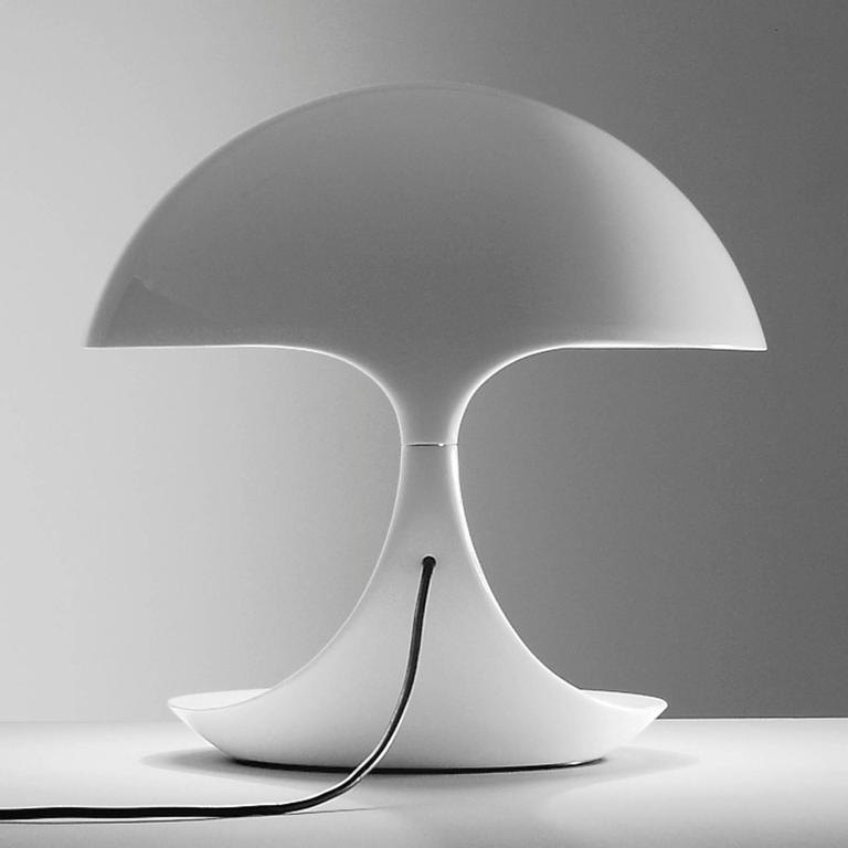 Re-edition cobra table lamp originally designed by Elio Martinelli in 1968 for Martinelli Luce. Swivel table lamp that provides direct light. Made of Resin. Comes in white or black. The lower body rotates on the steel base and is connected to the