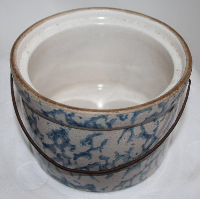 19th Century Spongeware Salt Crock with Bail Handle In Excellent Condition For Sale In Los Angeles, CA