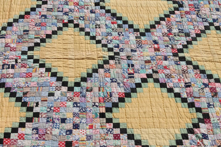 Quilt in Postage Stamp Chain In Excellent Condition For Sale In Los Angeles, CA