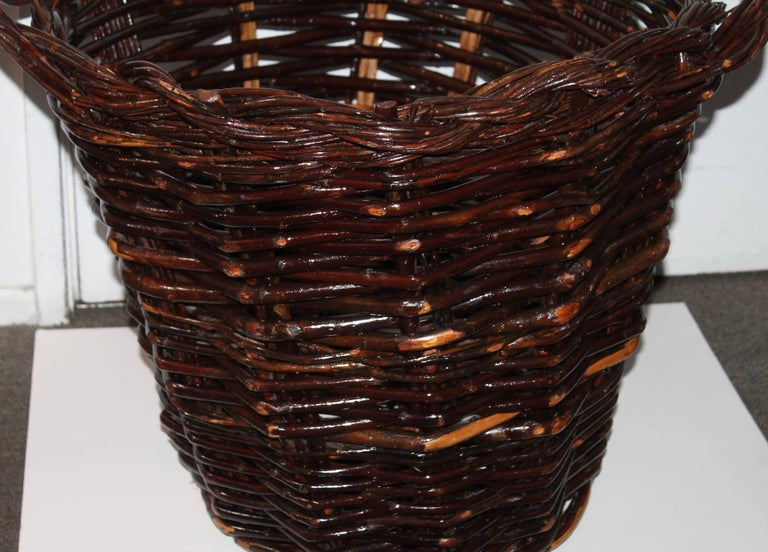 Monumental 20th century Hickory gathering basket this basket is in very good condition. Theses baskets are very hard to find in great condition.