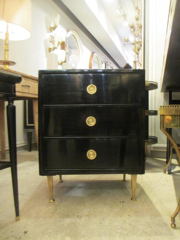 Pair of Mid-Century Lacquered Nightstands in the Neoclassic Manner For Sale 1