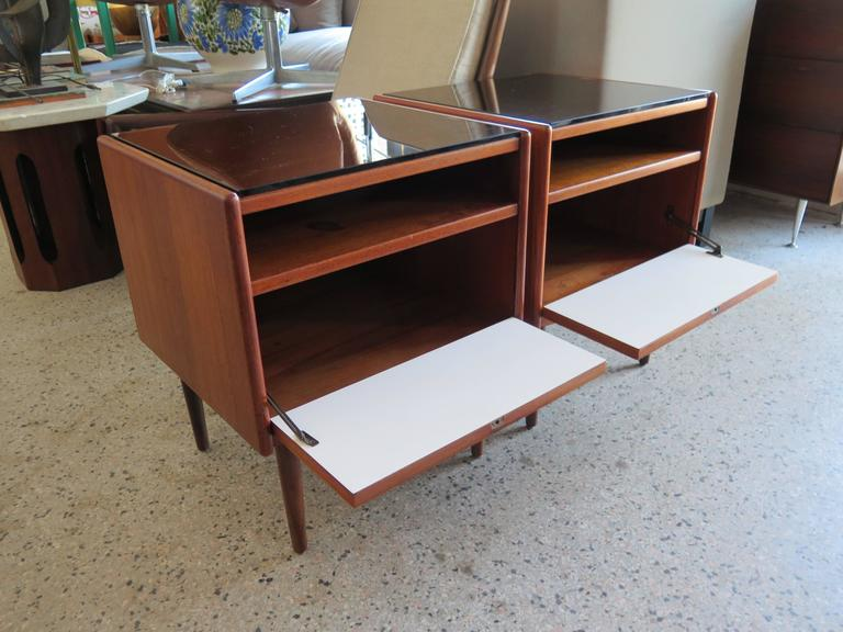 Mid-Century Modern Pair of Night Stands by Borge Mogensen For Sale