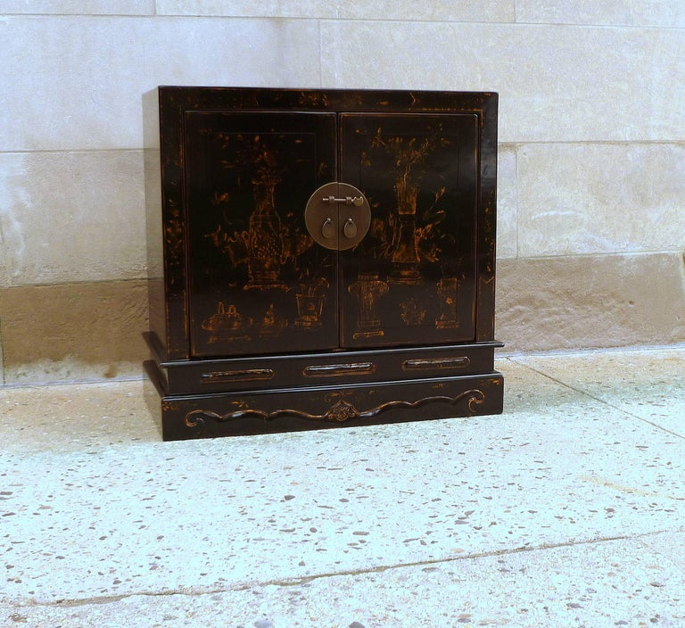 Fine Black Lacquer Chest with Gilt Motif In Excellent Condition For Sale In Greenwich, CT