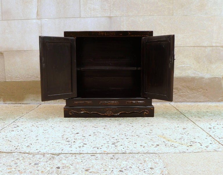 Fine Black Lacquer Chest with Gilt Motif For Sale 2