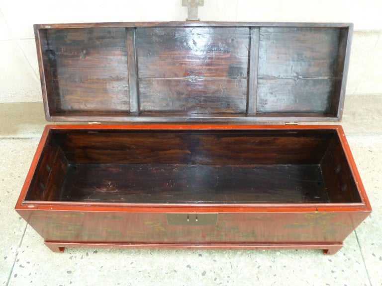 Fine Red Lacquer Trunk with Gilt Motif For Sale 2