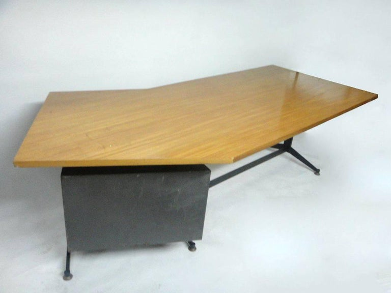 Angled Executive Desk by Tecno, Italy, circa 1960 In Good Condition For Sale In Jersey City, NJ