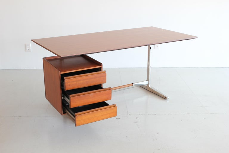 Sleek administrative style desk in metal and rosewood designed for the Pirelli skyscraper, Rima production, 1960. Rima Inciso brand. Beautiful details throughout.