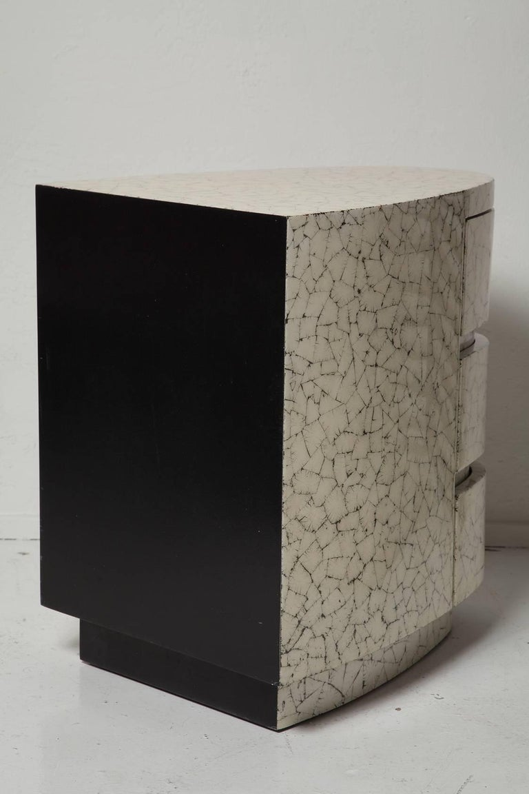 Late 20th Century Pair of Art Deco Style Eggshell Lacquered Night Stands For Sale