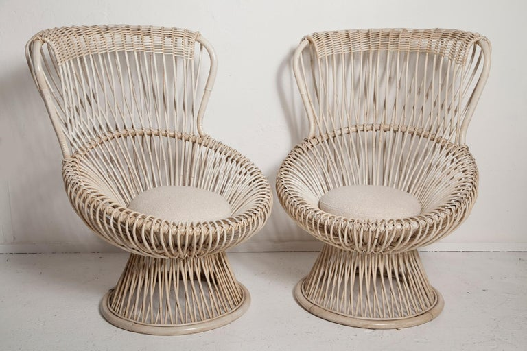 Professionally restored pair of 1950s bamboo and rattan Margherita chairs, designed by Franco Albini for Vittorio Bonacina, in their original vintage cream painted finish with new boucle seat cushions. Casual yet stylish, the Margherita chair