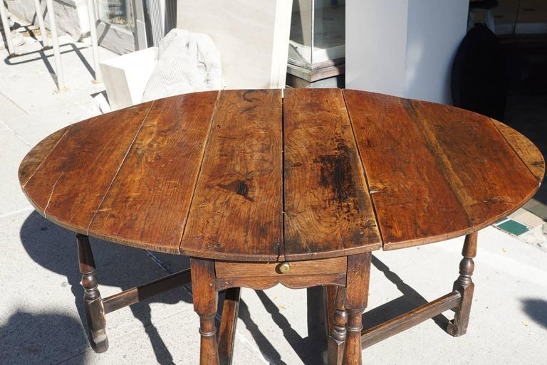 Bon Charles II English Late 18th Century Oval Yew Wood Drop Leaf Dinning Table  For Sale