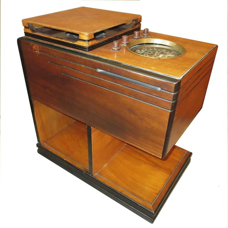1938 Zenith Art Deco Chairside Radio In Good Condition For Sale In Los Angeles, CA