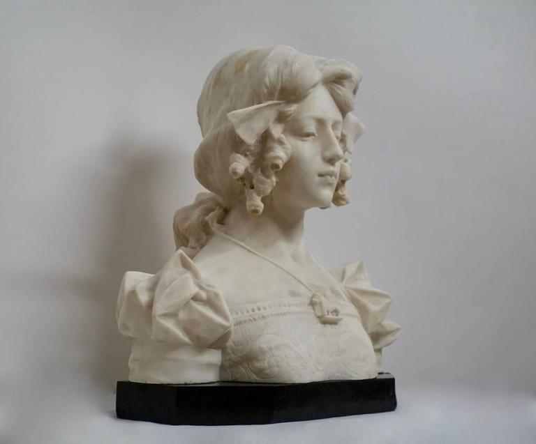 Large Grand Tour period sculpture of Dante's Beatrice. Beautifully carved with great detail and definition white Carrara marble sitting a green marble base, Italy, 19th century.
