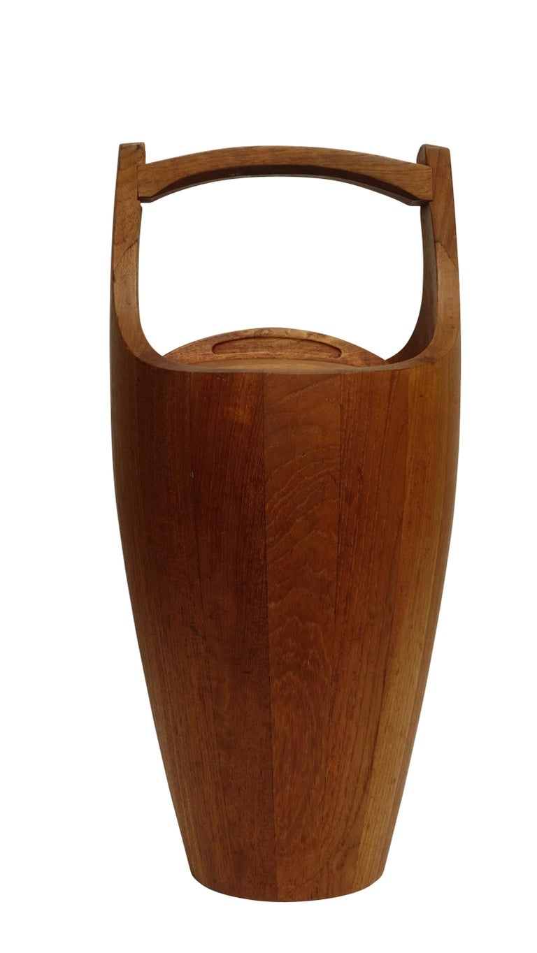 Original teak wood ice bucket by Jens Quistaard for Danmark with lid and liner. Makers mark on the bottom. Denmark, circa 1958.