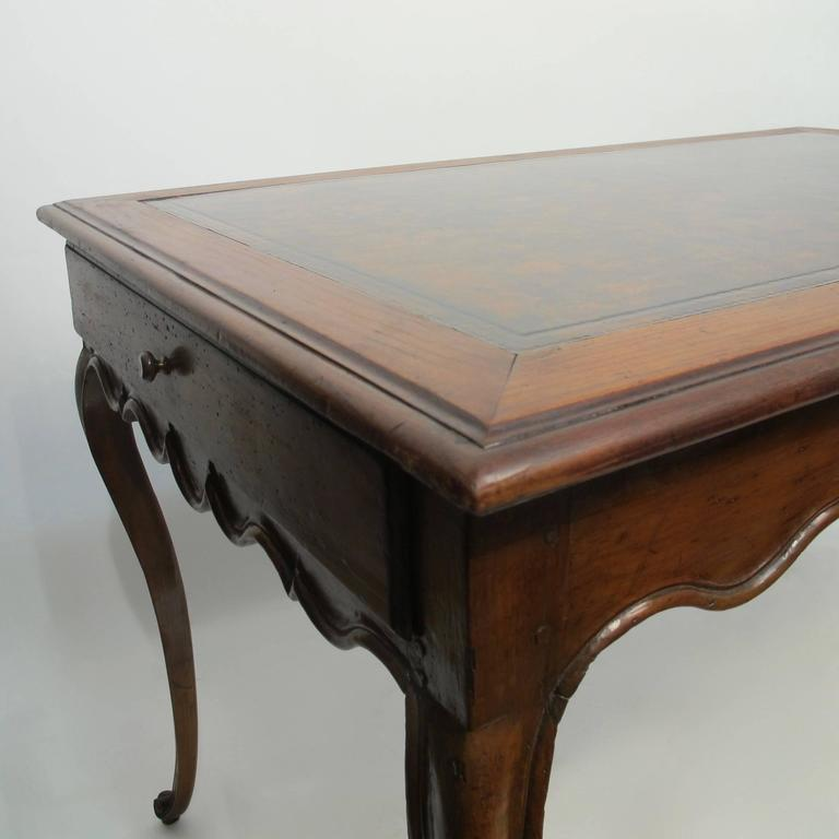 Walnut Writing Table Desk with Inset Leather, French 18th Century In Good Condition For Sale In San Francisco, CA