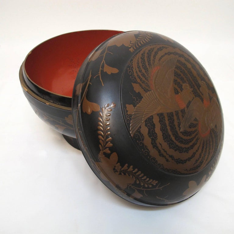 Japanese Meiji Period Lacquered Lidded Bowl In Excellent Condition For Sale In San Francisco, CA