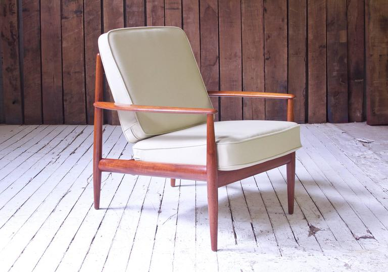 A lovely example of Grete Jalk's compact FD-118 easy chair in Teak and beige wool, manufactured by France and Son, c1960. The stock-selection on this particular frame is outstanding, featuring gorgeously figured fiddleback sections and dense, old