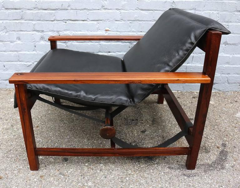 Mid-Century Modern Pair of 1960s Brazilian Jacaranda Wood Reclining Lounge Chairs in Black Leather For Sale