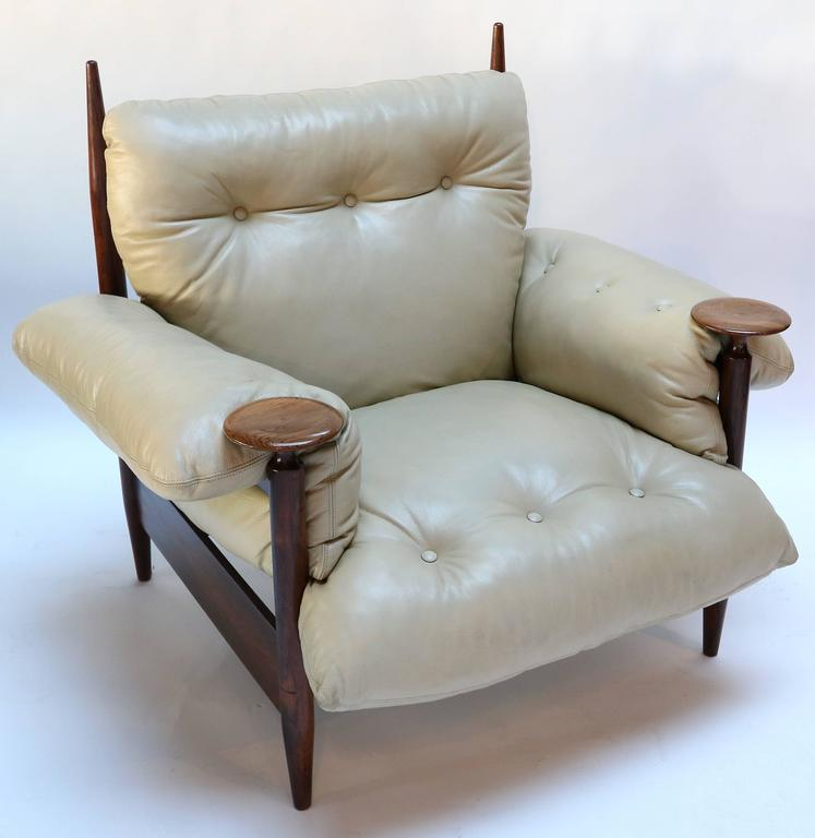 Pair of 1960s Brazilian jacaranda armchairs by M. L. Magalhães with beige leather cushions.