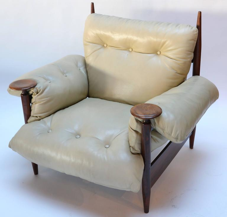 Pair of 1960s Brazilian Jacaranda Armchairs by M. L. Magalhães in Beige Leather For Sale 1