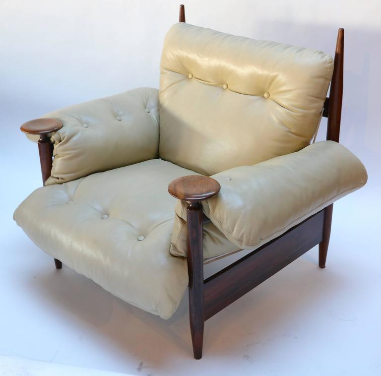 Pair of 1960s Brazilian Jacaranda Armchairs by M. L. Magalhães in Beige Leather For Sale 2