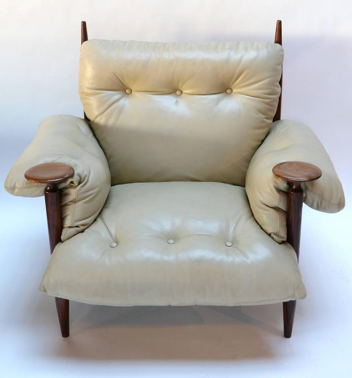 Pair of 1960s Brazilian Jacaranda Armchairs by M. L. Magalhães in Beige Leather For Sale 3
