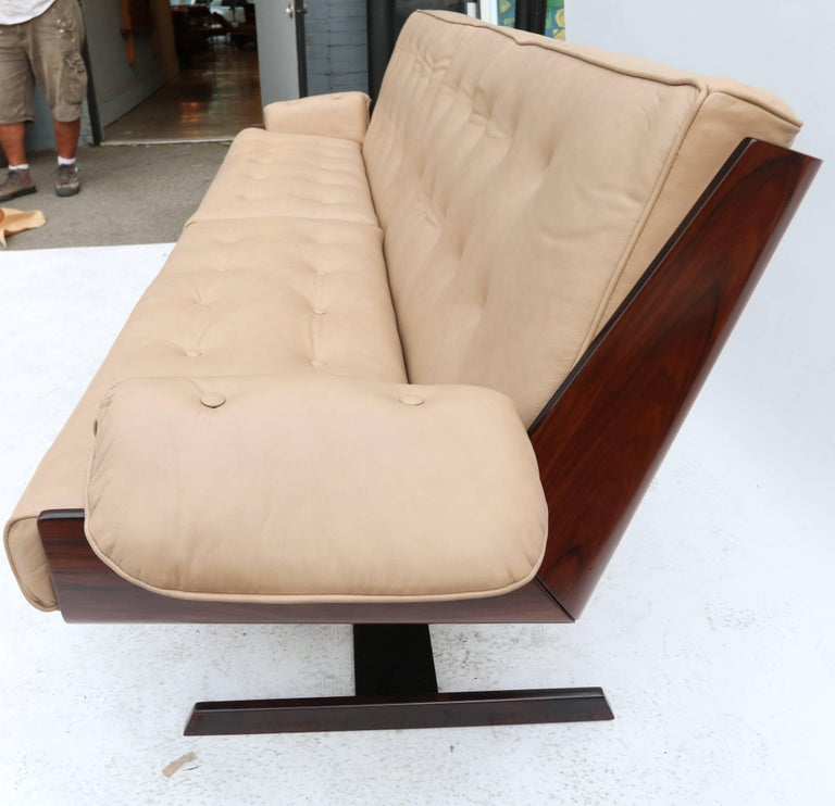Novo Rumo 1960s Brazilian Jacaranda Sofa In Good Condition For Sale In Los Angeles, CA