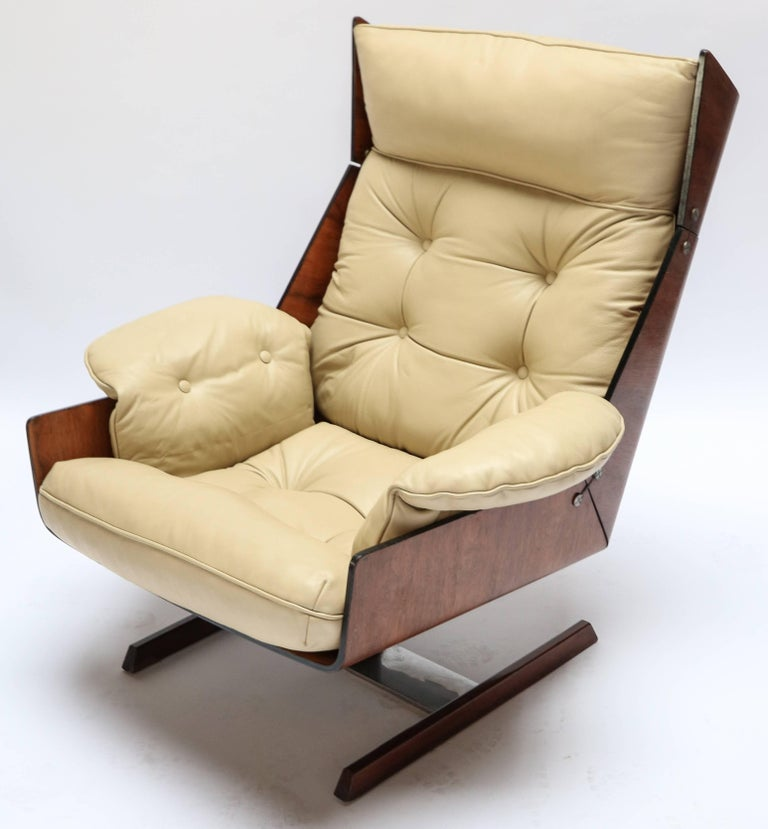 Pair of Novo Rumo 1960s Brazilian jacaranda lounge chairs upholstered in beige leather