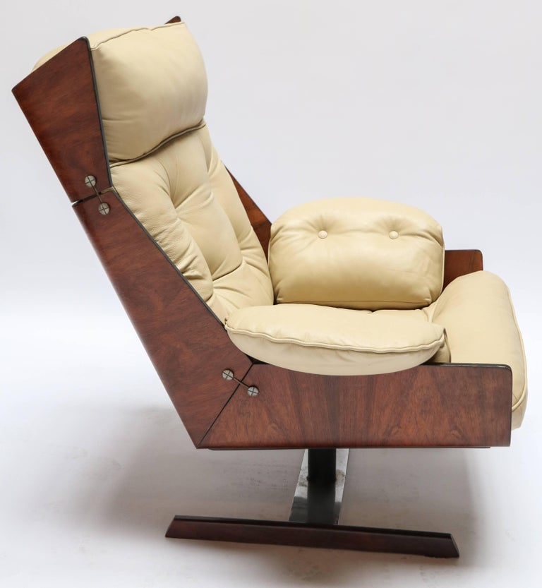 Pair of Novo Rumo 1960s Brazilian Jacaranda Lounge Chairs In Good Condition For Sale In Los Angeles, CA