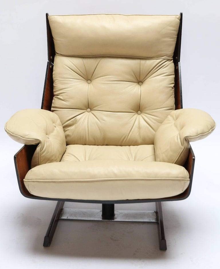 Mid-Century Modern Pair of Novo Rumo 1960s Brazilian Jacaranda Lounge Chairs For Sale