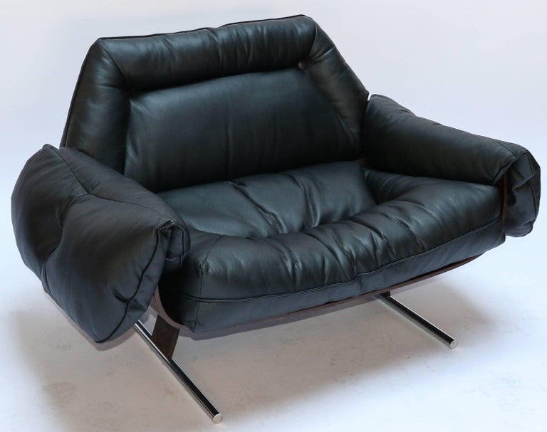 Pair of Presidencial lounge chairs from the 1960s by Jorge Zalszupin, in Brazilian jacaranda, upholstered in black leather