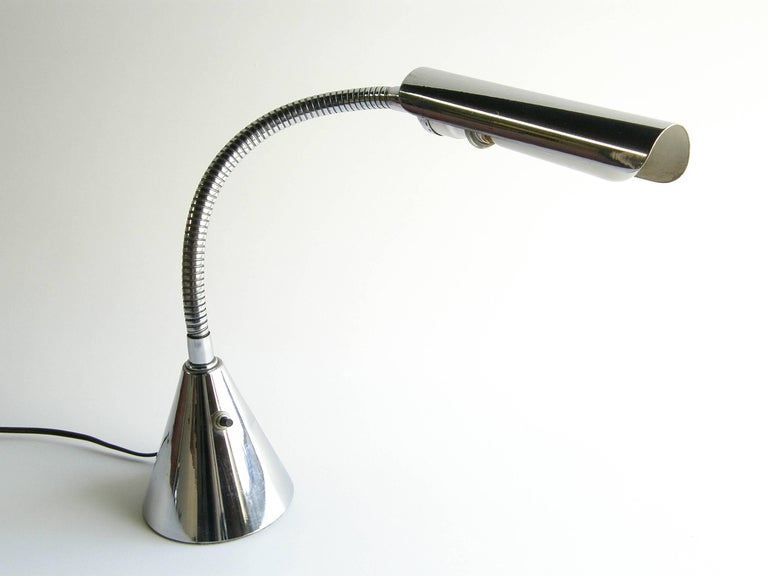 This chrome gooseneck table or desk lamp is from the Baldry series designed in the 1940s by Harry Weese for Baldwin-Kingery, Chicago. 