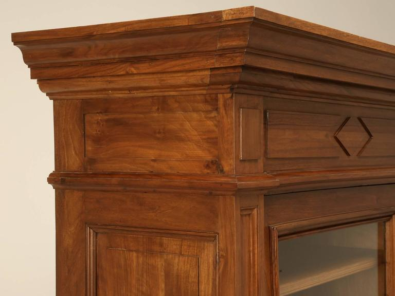 Antique French Bookcase in Solid Walnut In Good Condition For Sale In Chicago, IL