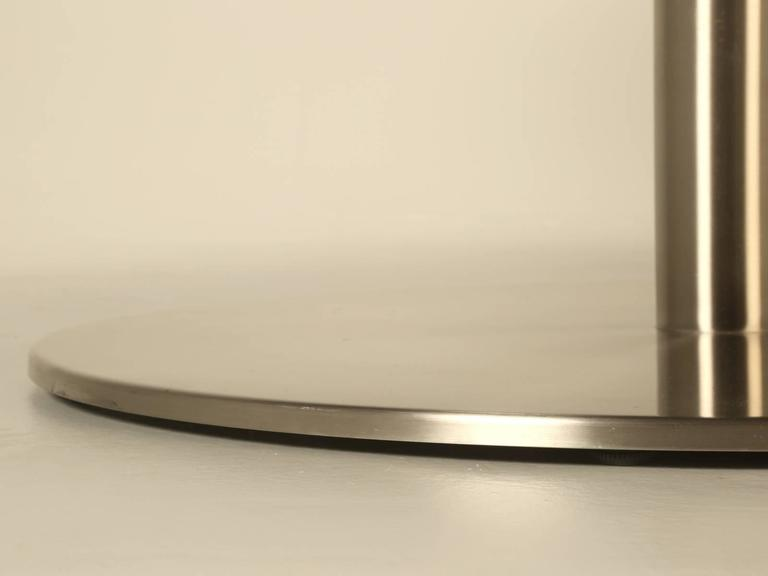 Round Dining Table in Onyx Stone and Stainless Steel For Sale 4